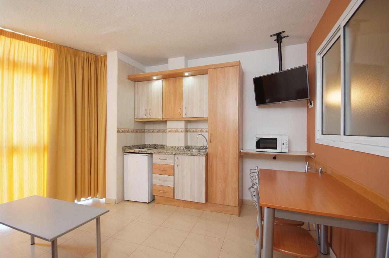 Cocina con TV - Apartamentos Doramar