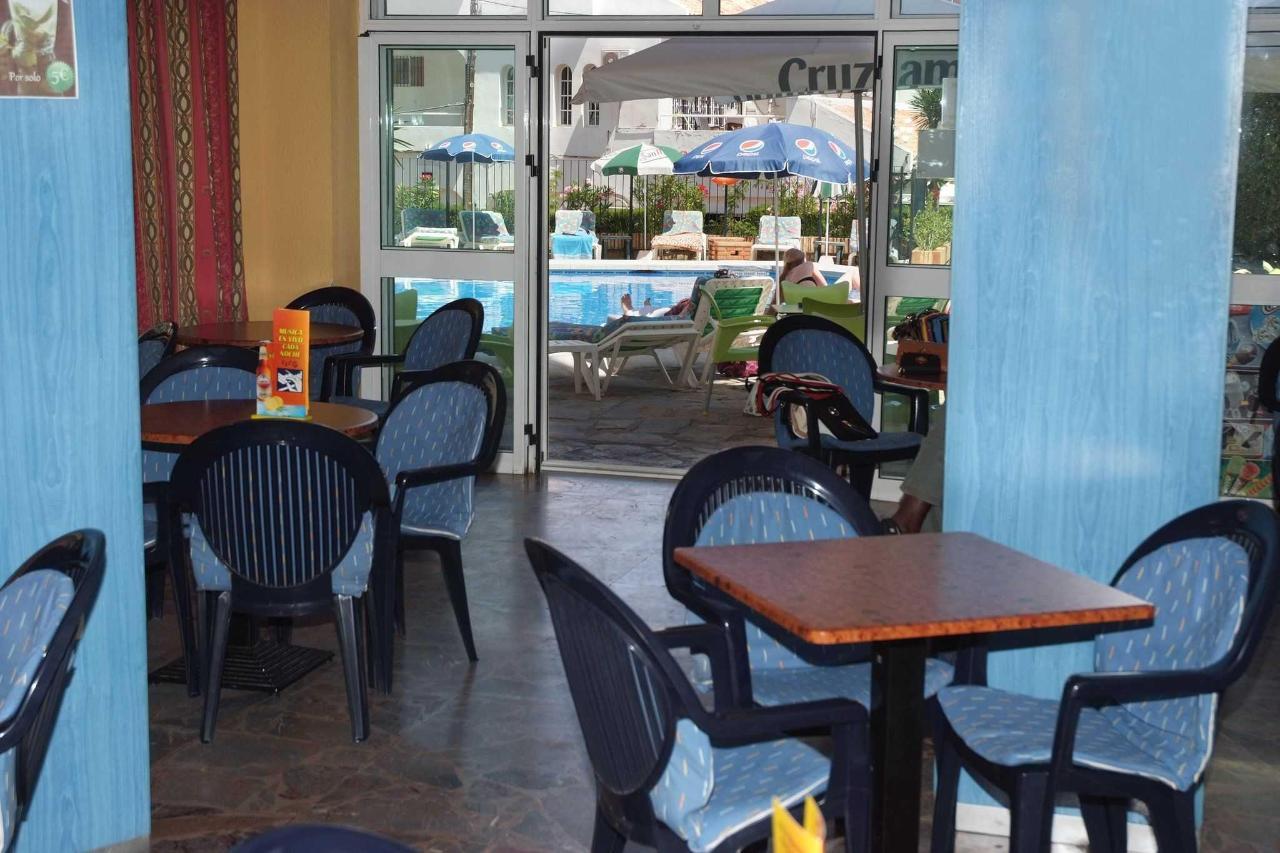 Acceso a la piscina desde el bar - Apartamentos Doramar
