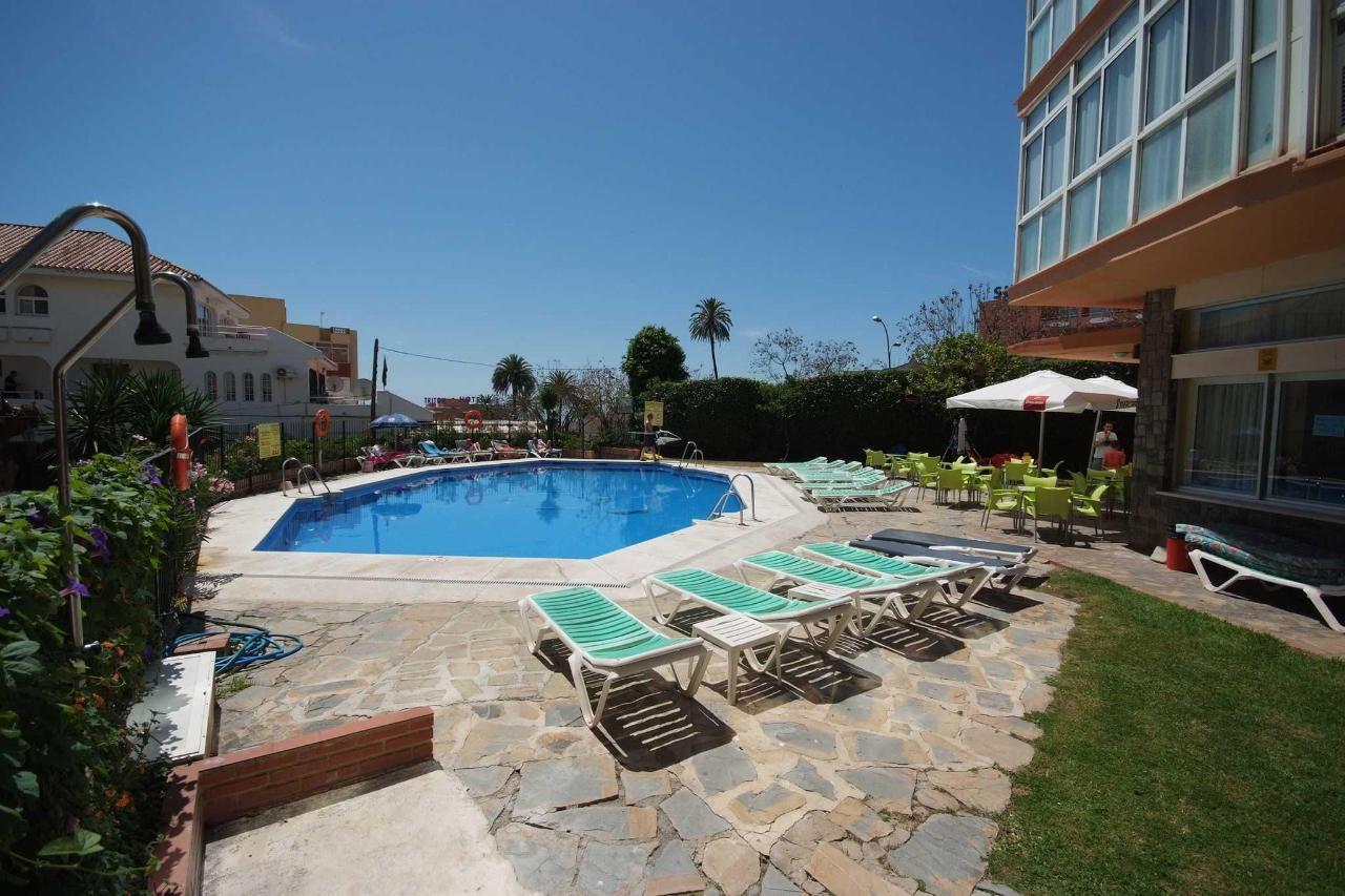 Vista lateral de la piscina - Apartamentos Doramar